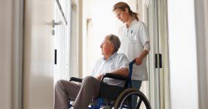 cuidador, auxiliar ou técnico de enfermagem cuidando de pessoas que são portadores de necessidades especiais (PNE)