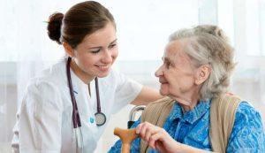 cuidadores de idosos cuidando de uma idosa