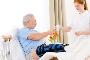cuidadora cuidando de idoso no pós operatório