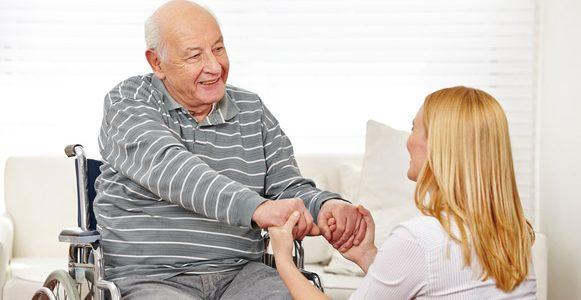cuidadora cuidando de idoso a fim de reabilitar a sua saude